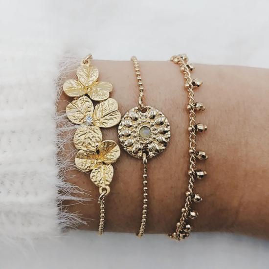 bijou tendance bohème plaqué or créateur bracelet bille fleurs porté accumulation médaille pierre et pampilles