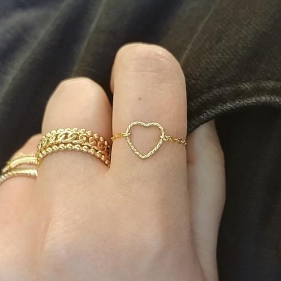 bijou tendance de créateur fait main bague coeur plaqué or portées avec une accumulation d'autres bagues