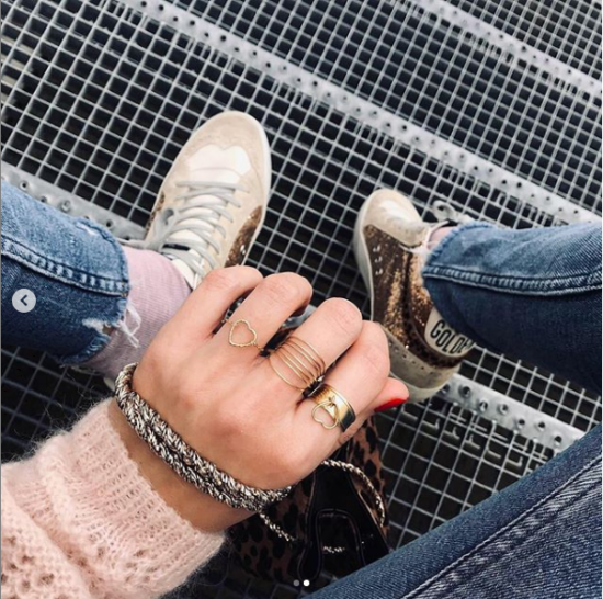 bijou tendance de créateur fait main bague coeur plaqué or portées avec une accumulation d'autres bagues instagram flavie