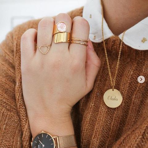 bijou tendance de créateur fait main bague coeur plaqué or portées avec une accumulation d'autres bagues instagram manon