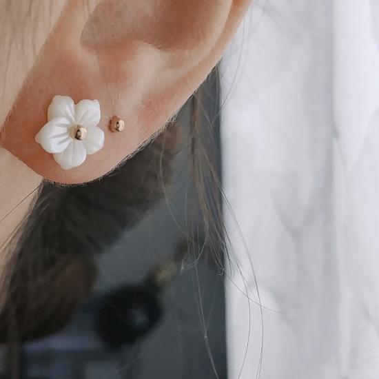 bijoux boucles d'oreilles puce fleur de nacre plaqué or portées
