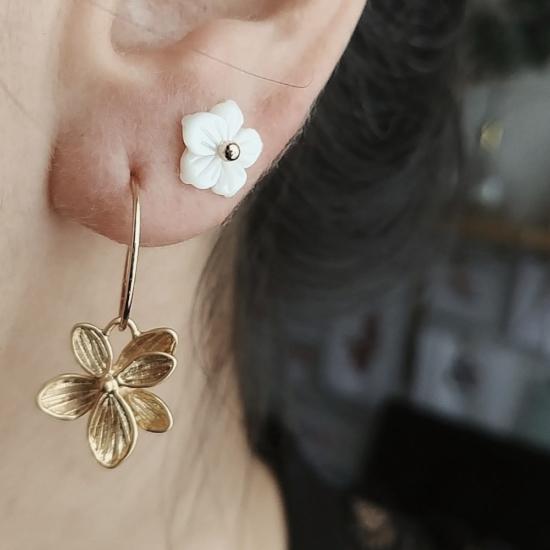 petites créoles bijoux boucles d'oreilles puce fleur de nacre plaqué or portées