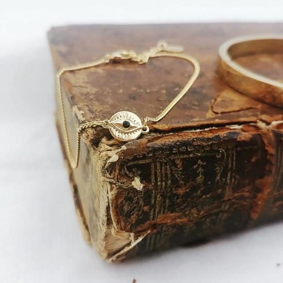 bracelet plaqué or oeil bijoux tendance bohème grigri sur livre