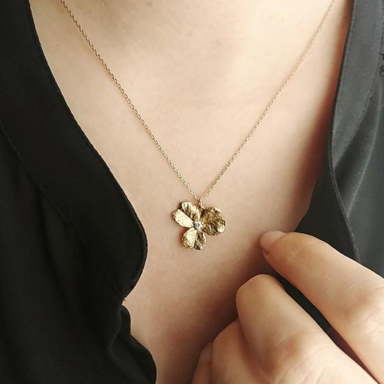 bijou tendance collier plaqué or pendentif fleur zircon porté