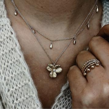 bijoux tendance collier plaqué or pendentif fleur zircon porté