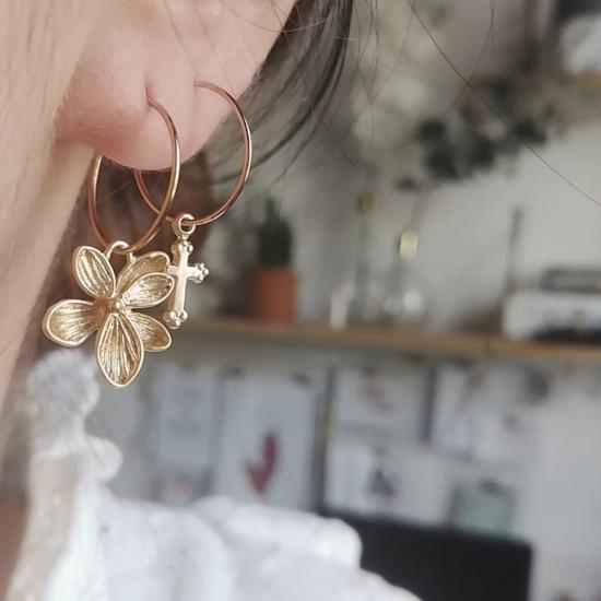 bijoux boucles d'oreilles plaqué or petites créoles fleur croix portée