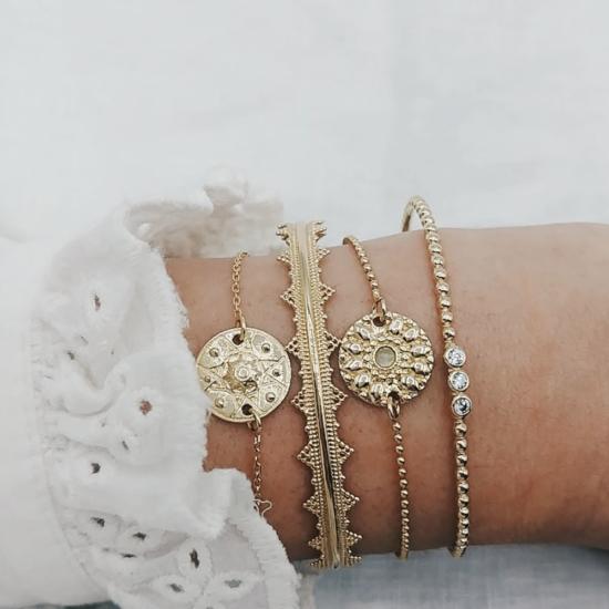 bijou tendance bohème plaqué or créateur bracelet bille fleurs porté accumulation médaille jonc
