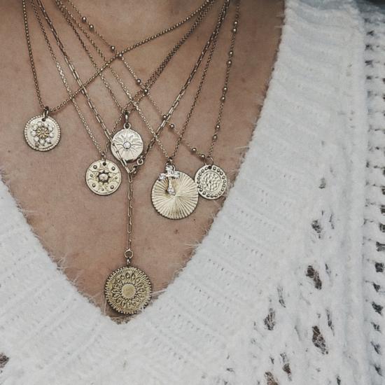 bijou tendance bohème collier plaqué or médaille soleil ethnique accumulation porté
