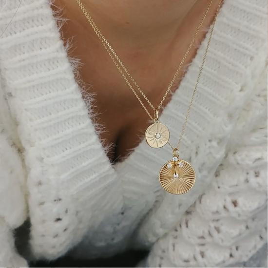 bijou tendance bohème collier plaqué or médaille soleil ethnique porté collier pendentif lune soleil et croix