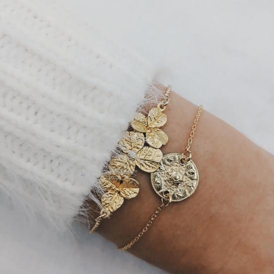 bijou tendance bohème plaqué or créateur bracelet bille fleurs porté accumulation médaille