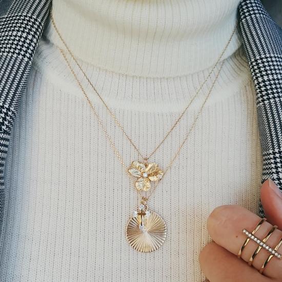 bijou tendance bohème collier plaqué or médaille soleil ethnique porté collier cravate médaille fleur porté col roulé