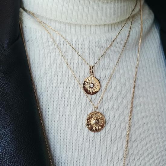 bijou tendance bohème collier plaqué or médaille soleil ethnique porté collier pendentif lune soleil et croix col roulé