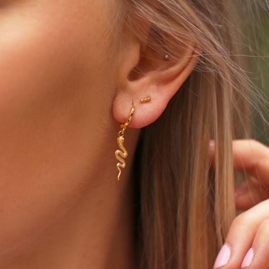 bijoux boucles d'oreilles plaqué or petites créoles serpent animal porté