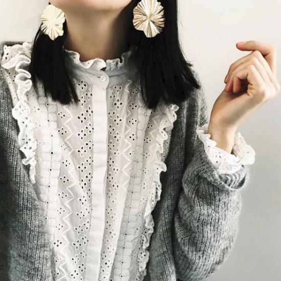tendance bijoux grosses boucles d'oreilles dorées forme ronde organique fleur look porté