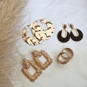 tendance bijoux grosses boucles d'oreilles dorées glamour baroque
