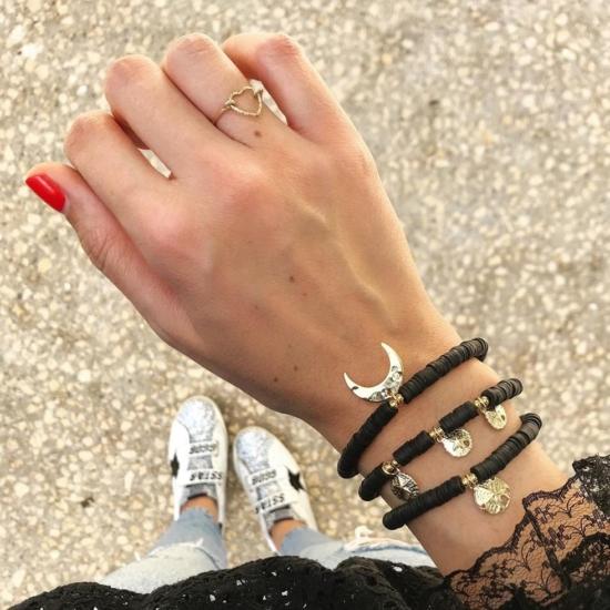 bijoux tendance de créateur fait main bague coeur plaqué or portées avec une accumulation d'autres bagues instagram flavie