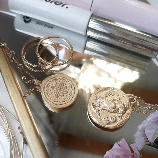 bijou tendance bohème collier plaqué or perles carrées intemporel médaille pièce antique