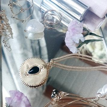 bijoux créateur tendance long collier sautoir médaille plaqué or pierre gemme onyx