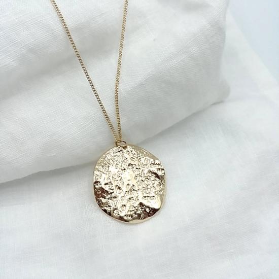 bijoux créateur tendance long collier sautoir grosse médaille martelée gondolée plaqué or