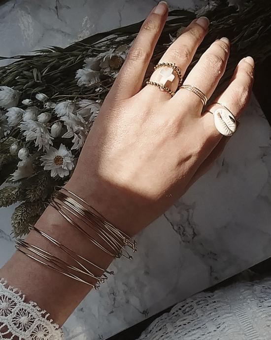 bijoux tendance de créateur fait main plaqué or bague coquillage cauri cristal swarovski porté anneaux fins et simples bracelets joncs semainier