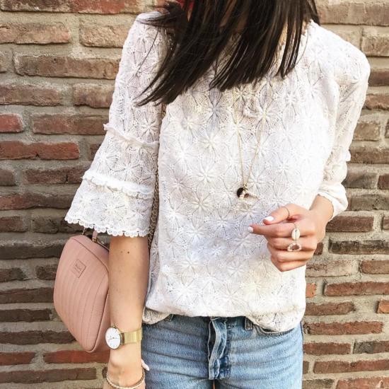 bijoux créateur fait main collier pendentif lettre initiale en perles sautoir look instagram flavie look blouse et jean