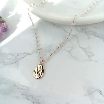bijoux créateur collier perles blanc goutte plaqué or martelée bohème et tendance