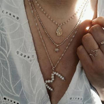 bijoux créateur fait main collier pendentif lettre initiale en perles collier soleil goutte martelée
