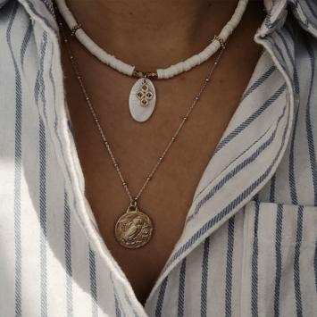 bijoux tendance de créateur fait main plaqué or collier heishi surfeur blanc or nacre et croix plaqué or médaille antique chouette hibou