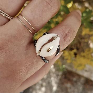 bijoux tendance de créateur fait main plaqué or bague double rang pierre fine gemme hématites noires coquillage cauri cristal swarovski porté anneaux fins et simples