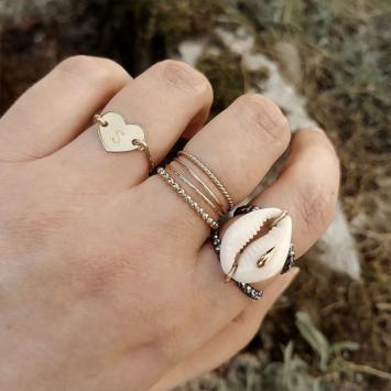 bijoux tendance de créateur fait main plaqué or bague coquillage cauri cristal swarovski porté anneaux fins et simples bague coeur lettre initiale