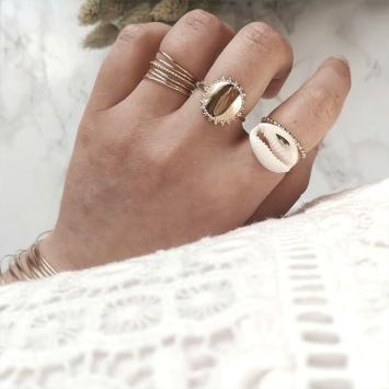 bijoux tendance de créateur fait main plaqué or bague coquillage cauri cristal swarovski porté anneaux fins et simples bague medaille soleil