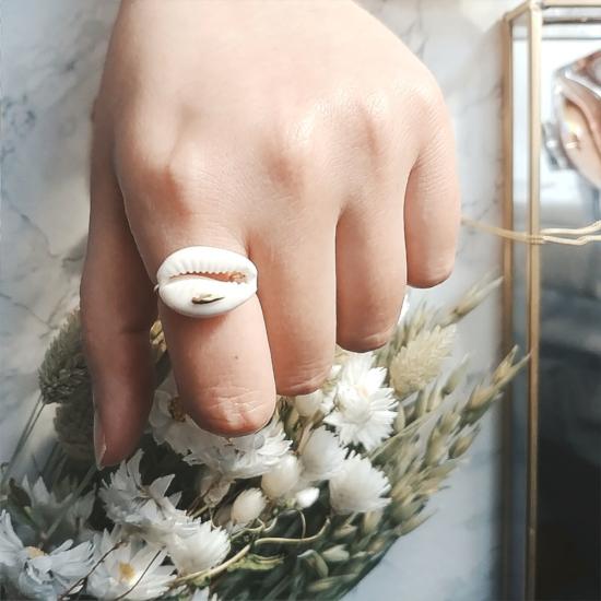 bijou tendance de créateur fait main plaqué or bague coquillage cauri cristal swarovski porté