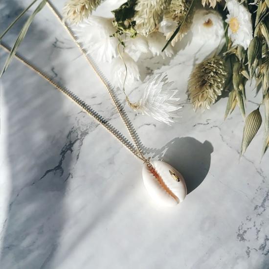 bijou tendance de créateur fait main plaqué or collier coquillage cauri cristal swarovski