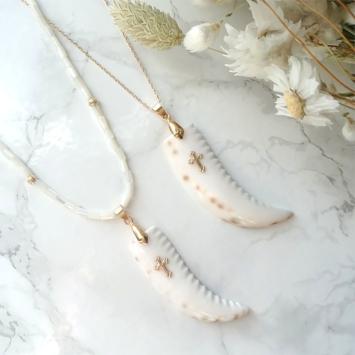 collier coquillage nacre blanc corne et croix or tendance été bijoux créateur fait main
