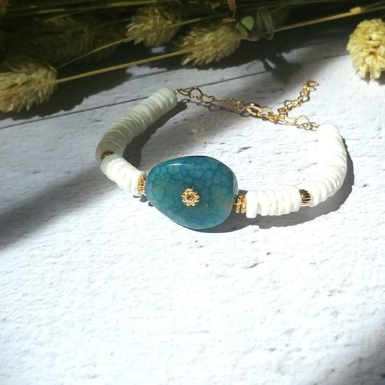 bijoux créateur tendance bohème bracelet jonc plaqué or heishi surfer coquillage blanc et pierre fine agate bleue