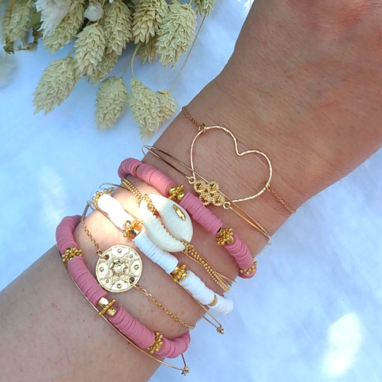 bracelet heishi surfeur blanc et rose perles bohème plaqué or bracelet cauri coquillage et médaille etnique fait main créateur france look bracelets de l'été