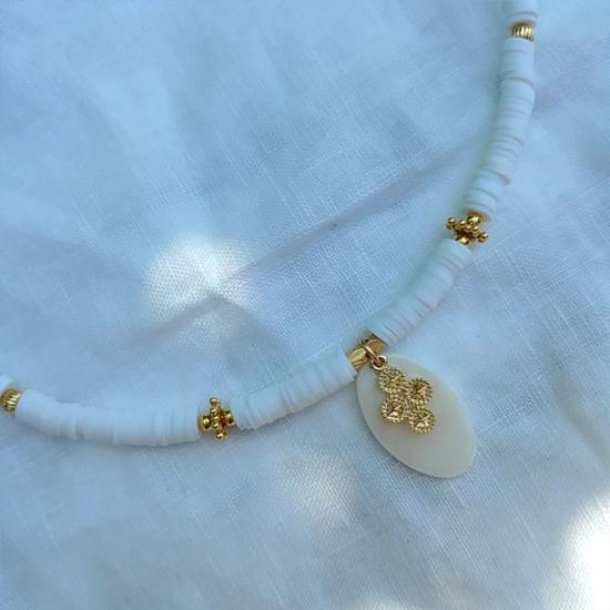 collier heishi surfeur blanc pendentif croix perles bohème plaqué or fait main créateur france perle artisanale bali vermeil