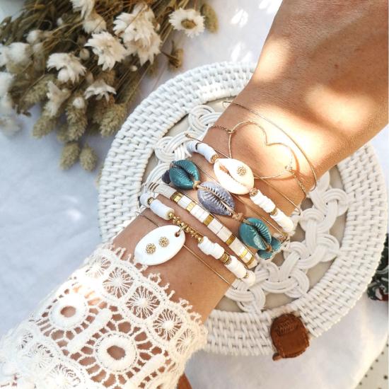 accumulation bracelet tendance été coquillage cauri bleu et balnc bracelet heishi surfer macramé joncs fin semainier destroy