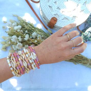 accumulation bracelets tendance perles en verre carrées japonaises bracelet coquillage cauri bracelets de surfer heishi blanc or bijoux créateur france fait main
