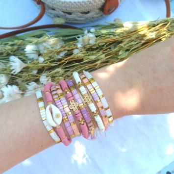 accumulation bracelets tendance perles en verre carrées japonaises bracelet coquillage cauri bracelets de surfer heishi or bijoux créateur france fait main