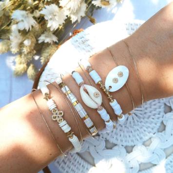 accumulation bracelets blanc tendance perles en verre carrées japonaises bracelet coquillage cauri bracelets de surfer heishi blanc or bijoux créateur france fait main