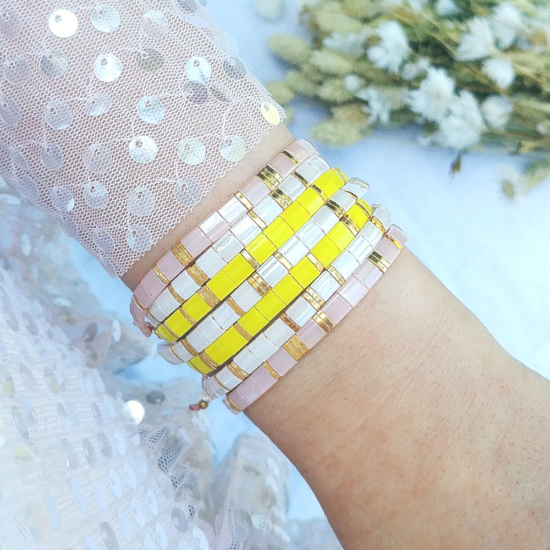 accumulation bracelets tendance perles plates en verre carrées japonaises miyuki or rose et blanc et jaune bijoux créateur france fait main