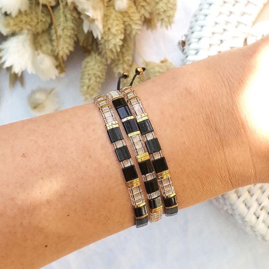 accumulation bracelets tendance perles plates en verre carrées japonaises miyuki noir et or bijoux créateur france fait main