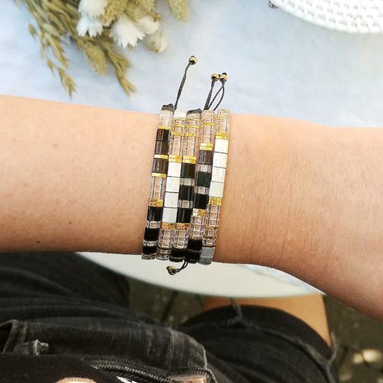 accumulation bracelets tendance perles plates en verre carrées japonaises miyuki noir gris et or bijoux créateur france fait main
