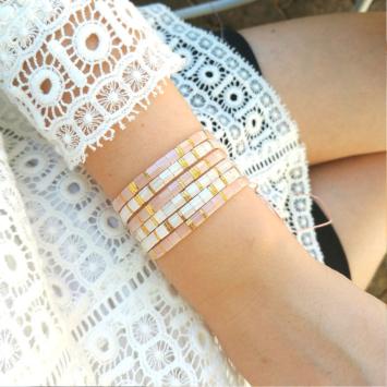accumulation bracelets tendance perles plates en verre carrées japonaises miyuki or rose et blanc bijoux créateur france fait main