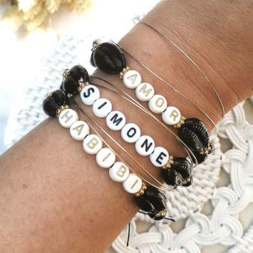 accumulation bracelets tendance mot ou prénom personnalisable coquillage cauri noir fait main bijoux créateur