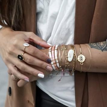accumulation bracelets tendance perles plates en verre carrées japonaises miyuki or rose et blanc bijoux créateur france fait main look instagram