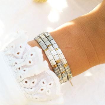 accumulation bracelets tendance perles plates en verre carrées japonaises miyuki or gris blanc bijoux créateur france fait main