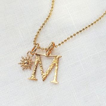 Collier pendentif martelé lettre initiale monogramme majuscule plaqué or