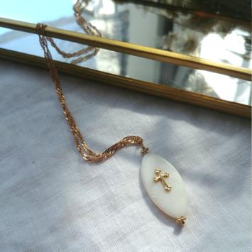 bijoux tendance collier plaqué or pendentif nacre et croix fait main bijoux créateur france